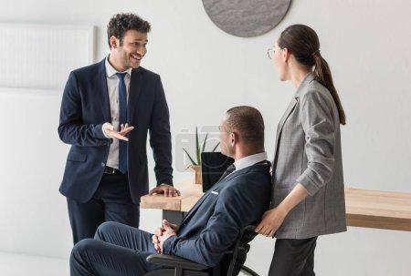 Foto de Grupo de empresarios multiétnicos discutiendo la idea de negocio en la oficina - Imagen libre de derechos