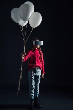 Foto de Cabrito en auricular Vr con paquete de globos aislados en negro - Imagen libre de derechos