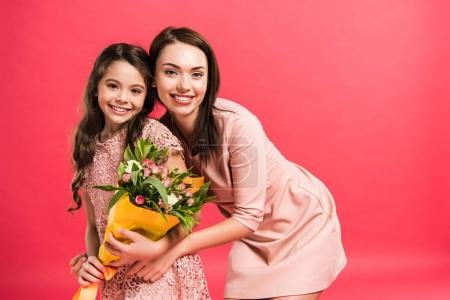 mère et fille avec bouquet de fleurs