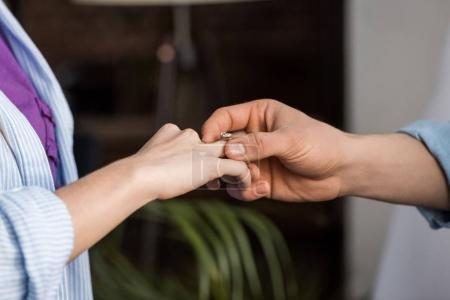 image recadrée de copain copine proposante et usure bague de fiançailles