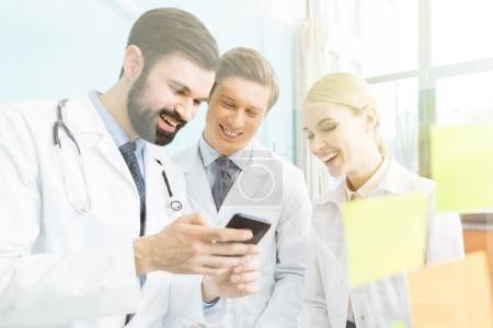 doctors using smartphone