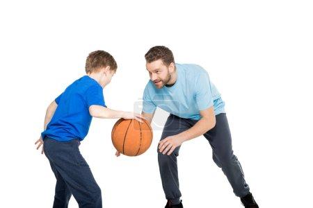 père et fils jouant au basketball