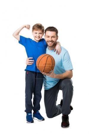Père et fils prêts à jouer au basket