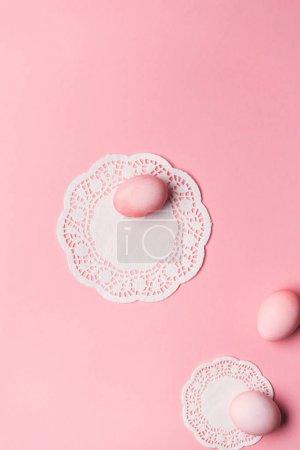 Photo pour Vue de dessus des œufs roses avec serviettes de table en dentelle rose. Concept de Pâques Joyeux - image libre de droit