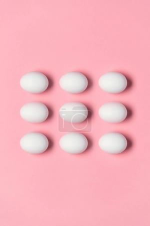 Photo pour Vue du haut des rangées d'œufs blancs pour Pâques. Joyeux concept de Pâques - image libre de droit