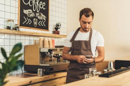 barista with smartphone