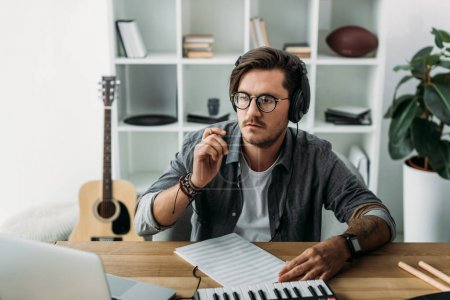 Photo pour Jeune musicien penser nouvelle composition sur lieu de travail - image libre de droit