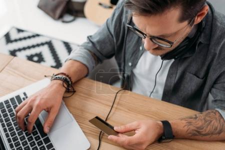 man making e-shopping