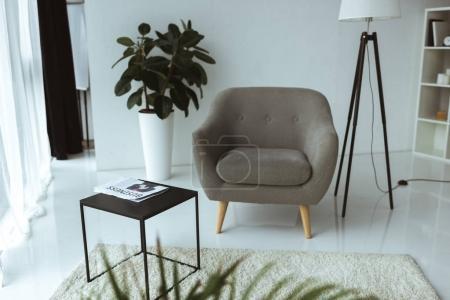 Photo pour Bureau moderne vide avec fauteuil, table et journal d'affaires - image libre de droit