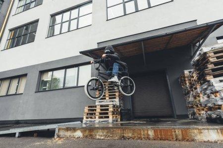 Radfahrer springt auf Straße