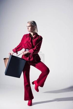 Belle fille avec sac à provisions