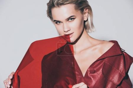 Photo pour Belle fille à la mode posant avec filtre rouge, isolé sur gris - image libre de droit