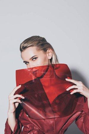 Photo pour Attrayant style fille posant avec filtre rouge pour le tournage de mode, isolé sur gris - image libre de droit