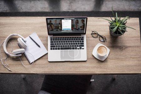 Photo pour Vue de dessus de standing ordinateur portable sur le lieu de travail modern avec le site linkedin sur écran - image libre de droit