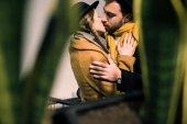 """Постер, картина, фотообои """"Молодая пара привлекательным, целуя в осенний наряд"""""""