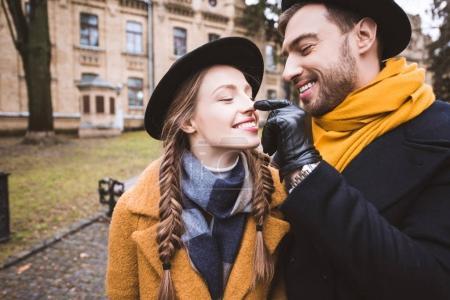Photo pour Heureux barbe toucher nez de sa petite amie par doigt - image libre de droit