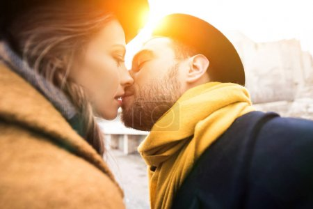 jeune couple de baiser