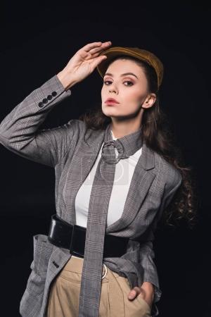Photo pour Portrait de l'élégante jeune femme regardant la caméra isolée sur fond noir - image libre de droit