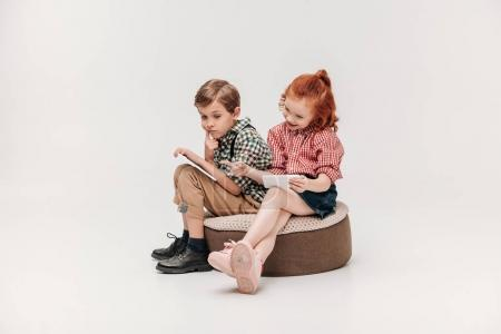 Photo pour Adorables petits enfants utilisant smartphone et tablette numérique isolés sur gris - image libre de droit
