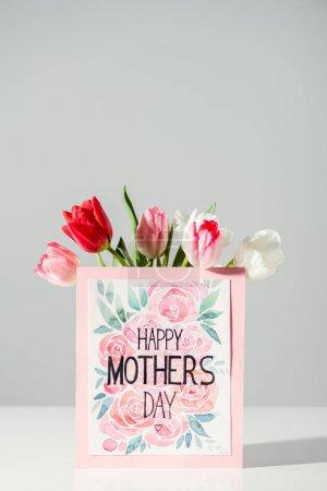Photo pour Joyeuse carte de vœux de la fête des mères et belles tulipes en fleurs sur gris - image libre de droit
