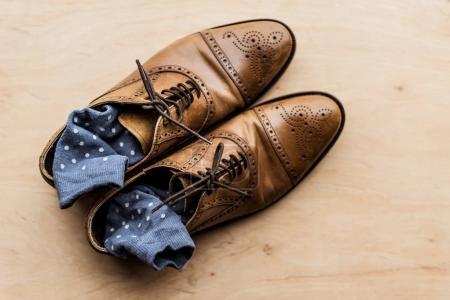 Widok z góry z brązowe buty męskie skarpety wewnątrz