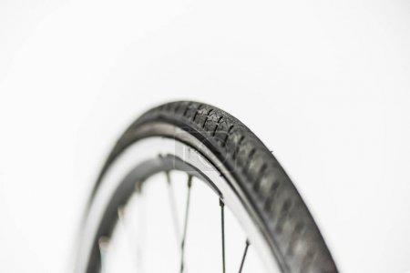 roue de bicyclette avec jantes, pneus et rayons isolés sur blanc