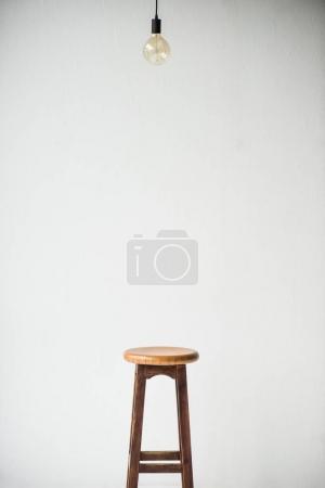Photo pour Chaise en bois et lampe isolé sur blanc - image libre de droit