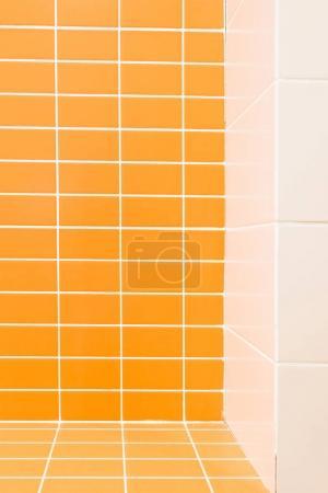 Foto de Cerrar vista de azulejo blanco y naranja en cuarto de baño - Imagen libre de derechos