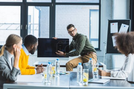 Foto de Gente multicultural de negocios mirando la pantalla durante la reunión en la oficina - Imagen libre de derechos