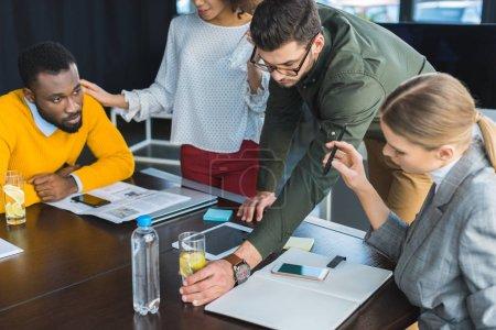 Foto de Empresario tomar cristal de desintoxicación Copa de mesa en la oficina - Imagen libre de derechos