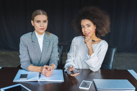 Foto de Mujeres empresarias multiculturales mirando a cámara en la oficina - Imagen libre de derechos