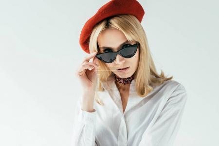Photo pour Jolie jeune femme au béret rouge isolé sur blanc - image libre de droit