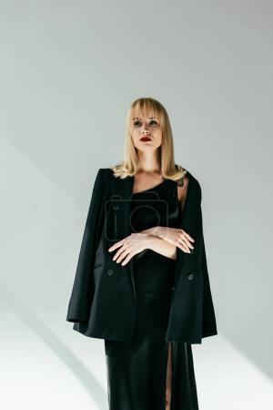 Photo pour Élégante jolie femme portant des vêtements noirs - image libre de droit