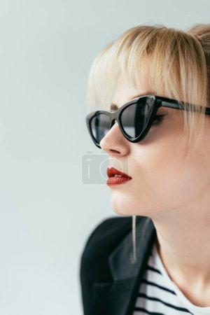Photo pour Élégante fille blonde en lunettes de soleil avec lèvres rouges isolées sur gris - image libre de droit