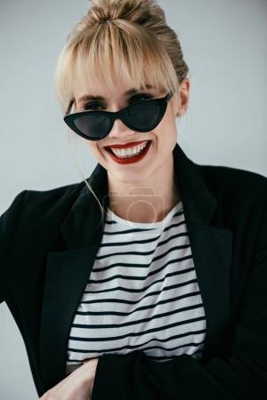 Photo pour Jolie femme élégante portant des lunettes de soleil rétro isolées sur gris - image libre de droit