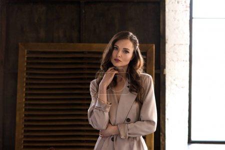 Photo pour Femme élégante en Trench-Coat beige classique - image libre de droit