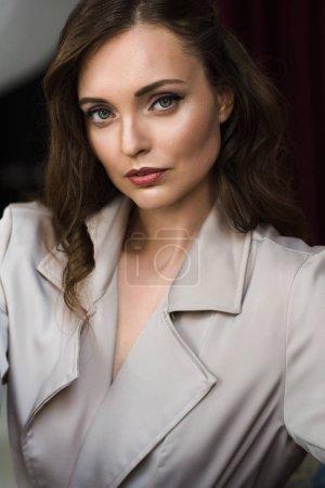 Photo pour Portrait de femme à la mode en trench coat beige - image libre de droit