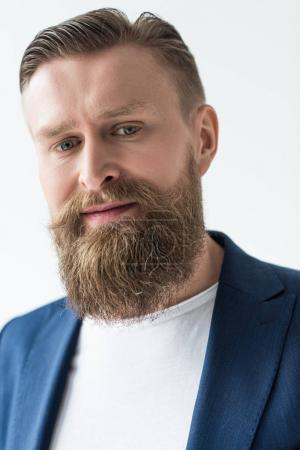 Foto de Hombre sonriente con bigote vintage y barba aislado sobre fondo claro - Imagen libre de derechos