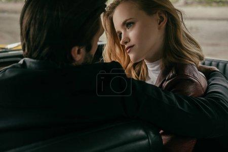 Photo pour Vue arrière du sensuelle jeune couple amoureux assis dans la voiture - image libre de droit