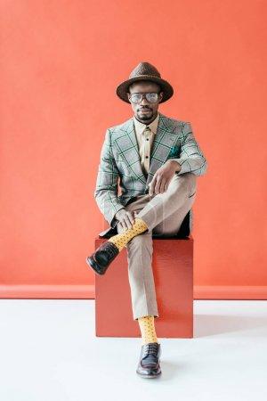 Foto de Moda hombre afroamericano posando en la chaqueta de la vendimia, en rojo - Imagen libre de derechos
