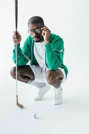 Foto de Golfista americano africano en anteojos y ropa deportiva retro, aislado en blanco - Imagen libre de derechos