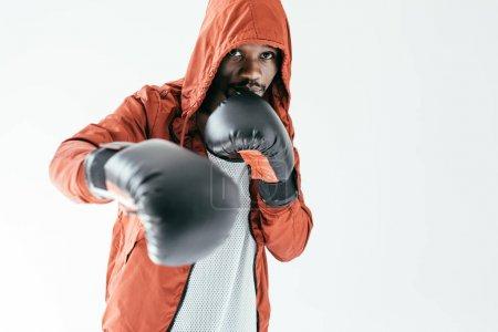 Photo pour Boxeur afro-américain de formation dans les gants de boxe, isolés sur blanc - image libre de droit