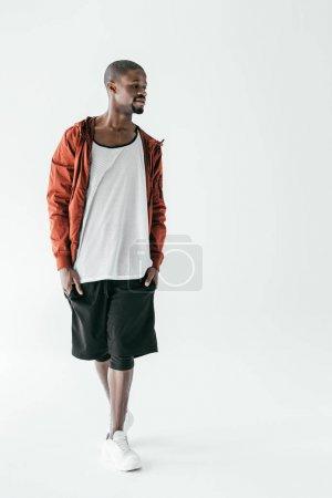 Photo pour Bel homme afro-américain dans sportswear, isolé sur blanc - image libre de droit