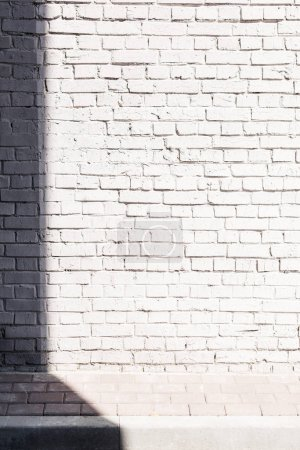 Photo pour Rough textured fond de mur de brique lumineuse avec ombre - image libre de droit