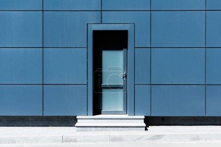 Photo pour Porte d'entrée dans le bâtiment en verre moderne - image libre de droit