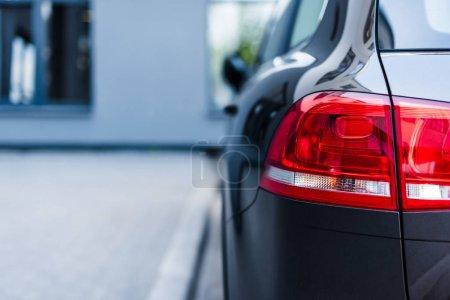 Feux de freinage rouges de la voiture sur la rue