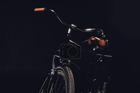 Photo pour Gros plan du vélo branché, isolée sur fond noir - image libre de droit