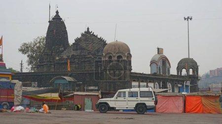 Photo pour Embankment de la ville de Nasik, Inde, Maharashtra. Nasik, Mumbai et Pune forment le triangle d'or de l'État du Maharashtra. Nasik est l'un des 4 endroits au monde où se tient Kumbh Mela. Il y a plus de 100 temples anciens à Nasik - image libre de droit