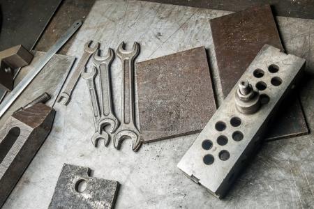 Photo pour La clé et le métal de base sur la table - image libre de droit