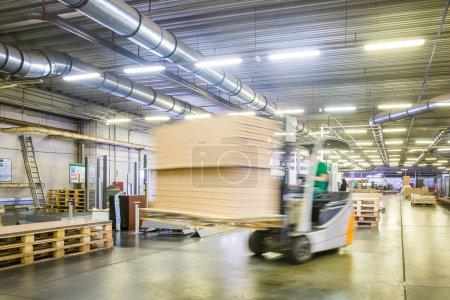 Photo pour Chargeur de voiture dans la boutique de l'usine de meubles se déplace autour de la boutique - image libre de droit